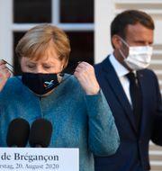 Angela Merkel och Emmanuel Macron/Arkivbild. Chrisrophe Simon / TT NYHETSBYRÅN