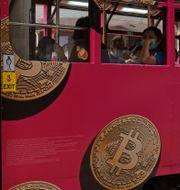 En spårvagn tapetserad i reklam för bitcoin i Hongkong.  Kin Cheung / TT NYHETSBYRÅN