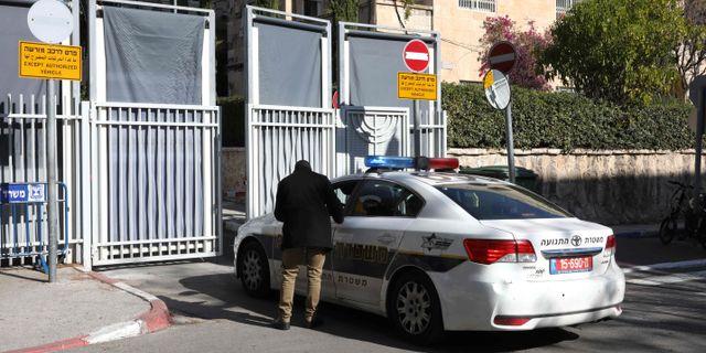 Netanyahus residens spärrades av med skärmar inför polisens ankomst. GALI TIBBON / AFP
