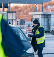 Polis och passkontrollanter vid gränskontrollen på den svenska sidan av Öresundsbron i början av februari. Johan Nilsson/TT / TT NYHETSBYRÅN