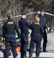 Poliser nära platsen där mannen hittades, 4 april. SOREN ANDERSSON / TT NYHETSBYRÅN