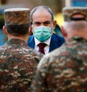 Arkivbild från 23 oktober, 2020. Armeniens premiärminister Nikol Pasjinian besöker ett militärsjukhus i Jerevan.  Tigran Mehrabyan / TT NYHETSBYRÅN