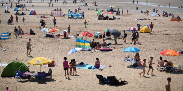 Badgäster vid Camber Sands i södra England. BEN STANSALL / AFP