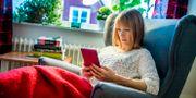 En kvinna läser på en surfplatta. Claudio Bresciani / TT / TT NYHETSBYRÅN