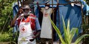 Sjukvårdsarbetare på gränsen mellan Uganda och Kongo.  ISAAC KASAMANI / AFP