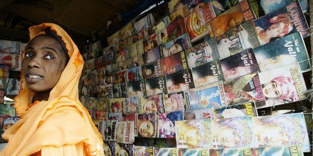 Aisha Umaru står bland tidningar om kärlek och relationer i  Kano i Nigeria. Arkivbild.  AP