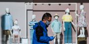 Man med ansiktsmask i Stockholm. JONATHAN NACKSTRAND / TT NYHETSBYRÅN