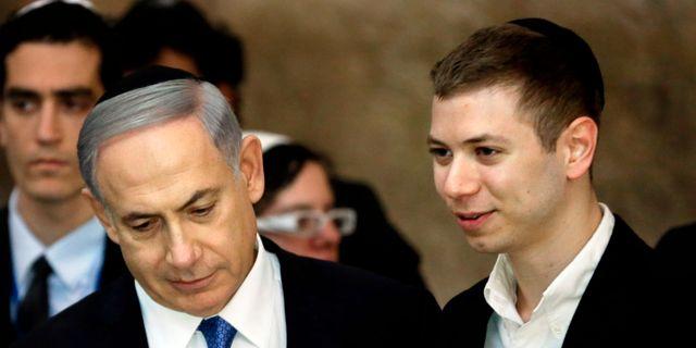 Benjamin Netanyahu och sonen Yair. Arkivbild från 2015.  THOMAS COEX / AFP
