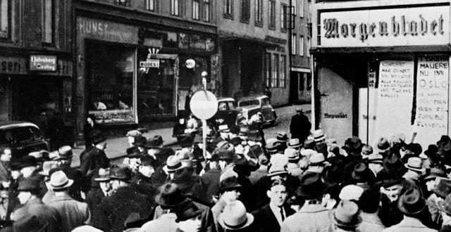 Oslobor väntar på att ta del av morgontidningen i samband med att Tyskland marscherade in i Norge. TT / SCANPIX NORWAY