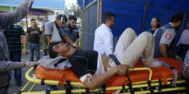En man som skadats i protesterna förs bort på bår. AP