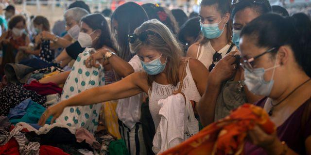 Kvinnor med masker på en marknad i Barcelona idag.  Emilio Morenatti / TT NYHETSBYRÅN