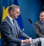 Inrikesminister Mikael Damberg, statsminister Stefan Löfven, och rikspolischef Anders Thornberg. Pontus Lundahl/TT / TT NYHETSBYRÅN