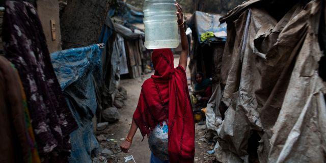 En kvinna i ett fattigt område i New Delhi. Bernat Armangue / TT NYHETSBYRÅN/ NTB Scanpix
