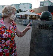 En kvinna gestikulerar mot kravallpolis i Minsk på en bild från förra tisdagen Sergei Grits / TT NYHETSBYRÅN