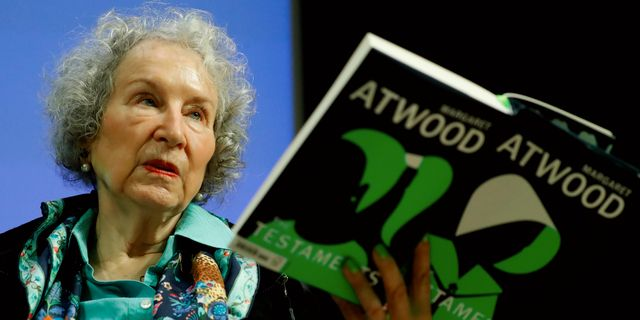 "Atwood läser högt ur ""Gileads döttrar"" på en presskonferens under tisdagen. TOLGA AKMEN / AFP"