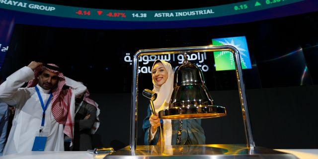 Sukaynah al-Oqaili, anställd vid Aramco, ringde i börsklockan när oljejätten gjorde handelsdebut på onsdagsmorgonen.  Amr Nabil / TT NYHETSBYRÅN