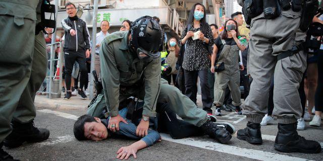 En demonstrant som omhändertogs i samband med gårdagens protester i Hongkong. Kin Cheung / TT NYHETSBYRÅN