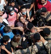 Människor och militär på gatorna när Frankrikes president Emmanuel Macron kom till Beirut.  Hassan Ammar / TT NYHETSBYRÅN