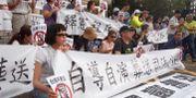 """Demonstranter håller upp skyltar med budskapet: """"Samkönade äktenskap är inte välkomna i Taiwan"""". År 2017. Chiang Ying-ying / TT NYHETSBYRÅN/ NTB Scanpix"""