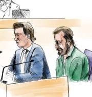 Teckning från rättegången mot den man som misstänks för dubbelmordet i Linköping 2004, i Linköpings tingsrätt. I förgrunden den åtalade Daniel Nyqvist och hans försvarare Johan Ritzer. JOHAN HALLNÄS/TT / TT NYHETSBYRÅN