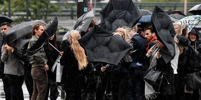Paraplyproblem på Norra Vallgatan i Malmö under onsdagen. Johan Nilsson/TT / TT NYHETSBYRÅN