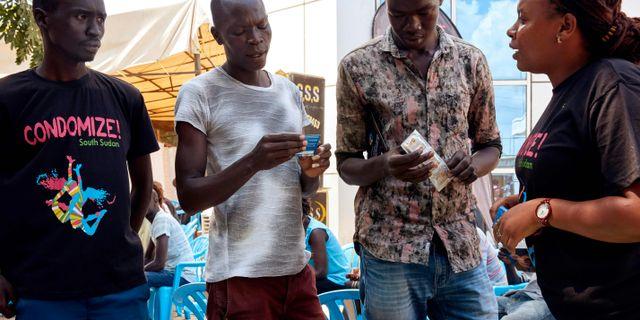 Kampanj i Juba i Sydsudan för att få fler att använda kondom. ALEX MCBRIDE / AFP
