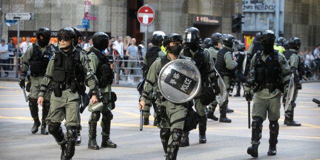 Kravallpolis i Hongkong på fredagen. Achmad Ibrahim / TT NYHETSBYRÅN