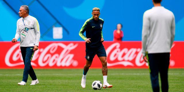 Coachen Tite och Neymar under en träning igår. CHRISTOPHE SIMON / AFP