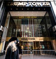 Kvinna passerar Trump Tower i New York. John Minchillo / TT NYHETSBYRÅN