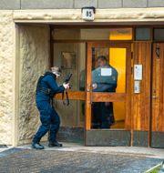Poliserna på plats vid bostaden. Claudio Bresciani / TT / TT NYHETSBYRÅN
