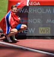 Karsten Warholm firar sitt OS-guld. JOEL MARKLUND / BILDBYRÅN