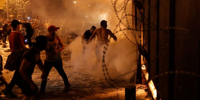 Protesterna blev våldsamma under helgen. Hussein Malla / TT NYHETSBYRÅN