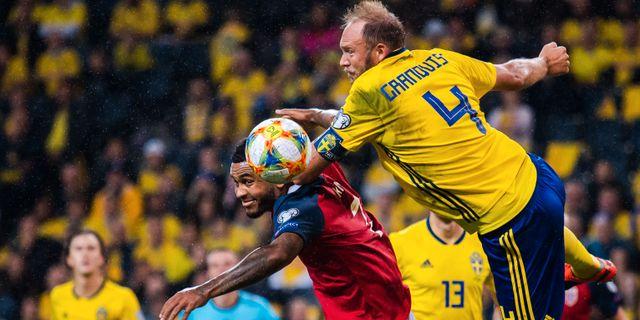 Andreas Granqvist i kamp med norsk anfallare. JOHANNA LUNDBERG / BILDBYRÅN