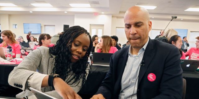 Cory Booker, tillsammans med kampanjmedarbetaren Eosa Osa. Bob Andres / TT NYHETSBYRÅN