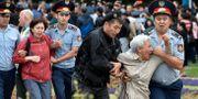 Polis griper kvinnor i Almaty. MARIYA GORDEYEVA / TT NYHETSBYRÅN