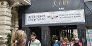 """Illustrationsbild: En bar i Helsingfors med banderollen """"Keep peace"""", som uttalas som """"kippis"""" – vilket betyder """"skål"""" på finska.  LEHTIKUVA / TT NYHETSBYRÅN"""