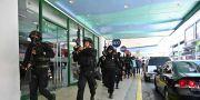 Beväpnad polis utanför köpcentret. TED ALJIBE / TT NYHETSBYRÅN