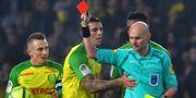 Diego Carlos försöker förgäves protestera mot det röda kortet. LOIC VENANCE / AFP