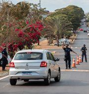 Personer på väg in i Serrana coronatestas. Andre Penner / TT NYHETSBYRÅN