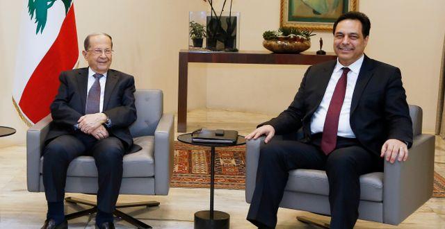 Michel Aoun och Hassan Diab. MOHAMED AZAKIR / TT NYHETSBYRÅN