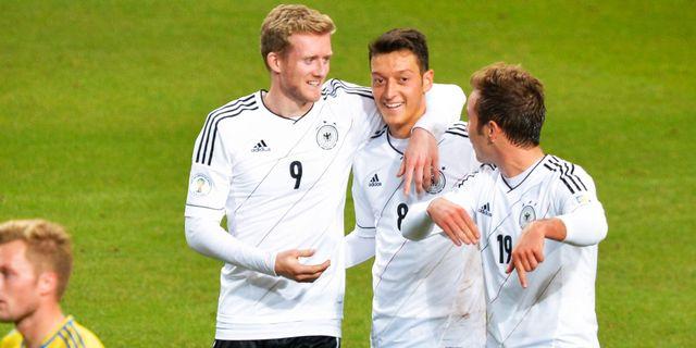Tysklands Mesut Özil (mitten) kan petas ur elvan till matchen mot Sverige, enligt uppgifter till Kicker.  JONAS EKSTRÖMER / TT / TT NYHETSBYRÅN