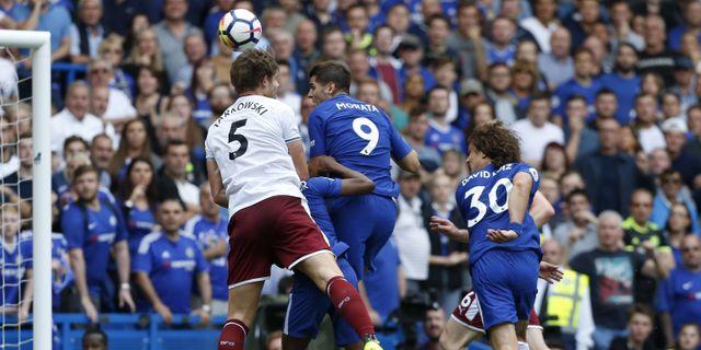 Álvaro Morata nickar in 1–3 målet för Chelsea. IAN KINGTON / AFP