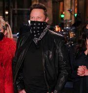 Elon Musk tillsammans med Miley Cyrus och Cecily Strong under lördagens upplaga av Saturday Night Live.  Rosalind O'Connor / TT NYHETSBYRÅN