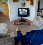 Ett äldre par som tittar på tv på ett äldreboende. JESSICA GOW / TT / TT NYHETSBYRÅN