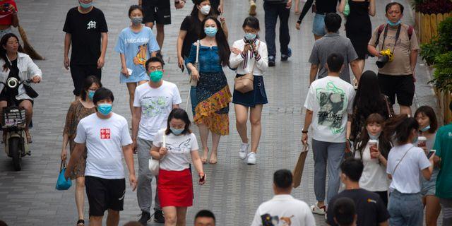 Folk på stan i Beijing.  Mark Schiefelbein / TT NYHETSBYRÅN