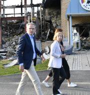 Anders E Johansson vd och Karin Bodin koncern vd framför resterna av den nedbrunna brödfabriken Polarbröd i Älvsbyn Henrik Montgomery/TT / TT NYHETSBYRÅN