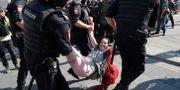 Kvinna grips under protesterna. Alexander Zemlianichenko / TT NYHETSBYRÅN/ NTB Scanpix