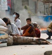 Demonstranter barrikaderar sig i Mandalay i Myanmar.  TT NYHETSBYRÅN