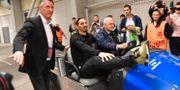 Zlatan Ibrahimovic körs runt av Lars Richt. JANEK SKARZYNSKI / AFP