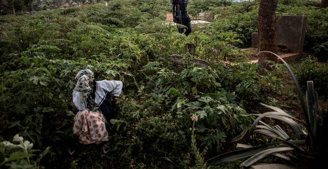 En anhörig sörjer ett av ebolans offer  JOHN WESSELS / TT NYHETSBYRÅN